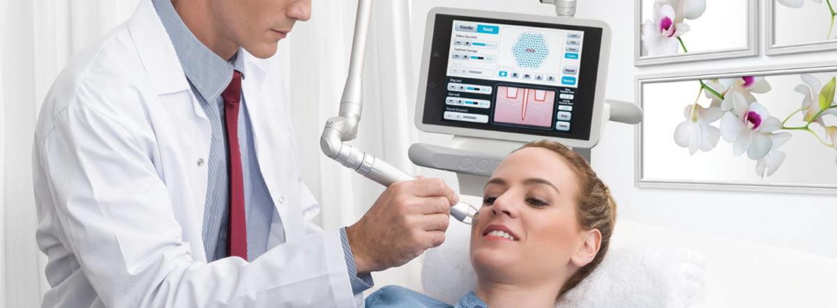 Lasersko pomlajevanje obraza z laserjem CO2RE je izjemno učinkovito pri izboljšanju videza gub in brazgotin ter pri odpravi različnih nepravilnosti na koži.