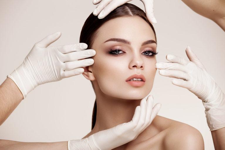 Facelift oz. pomlajevanje obraza z napenjanjem kože je eden najbolj učinkovitih kirurških posegov za pomlajevanje obraza.