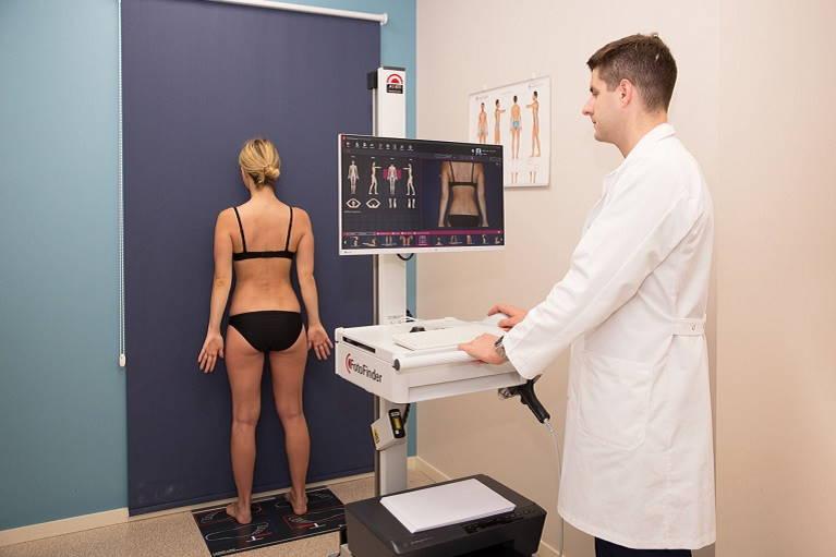 Digitalni pregled kožnih znamenj z napravo FotoFinder ATBM - naprava samodejno fotografira telo z vseh štirih strani, od glave do pet.