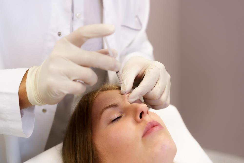 Glajenje gubic v zgornjem predelu obraza pomladi in osveži obraz, učinki trajajo do 4 mesece, nato počasi izzvenijo.