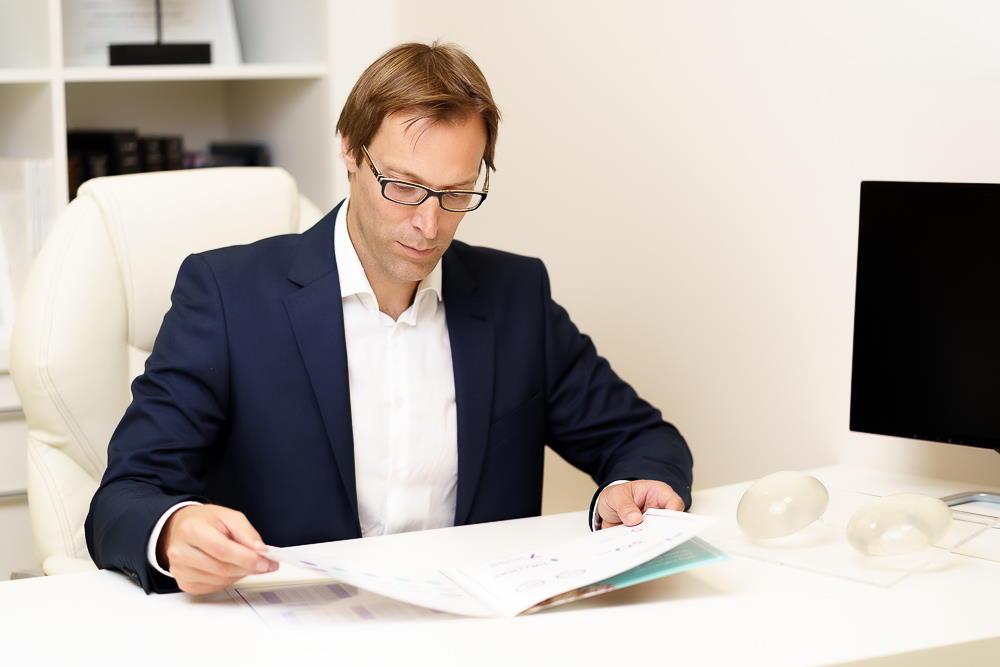 Estetski kirurg dr. Krešimir Božikov je največji strokovnjak za povečanje prsi v Sloveniji.