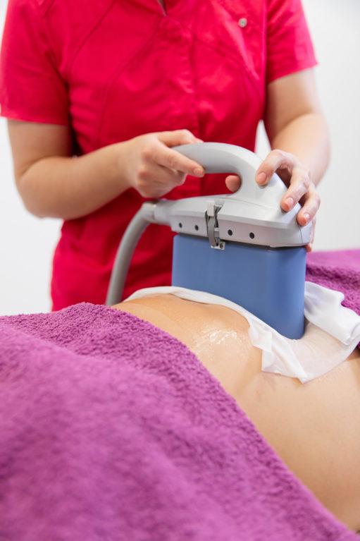 Pri kriolipolizi s 360° CLATUU tehnologijo s posebnim aplikatorjem z vakuumom zamrznemo odvečno maščobo, ki se nato razgradi in izloči iz telesa skozi krvni in limfni sistem.
