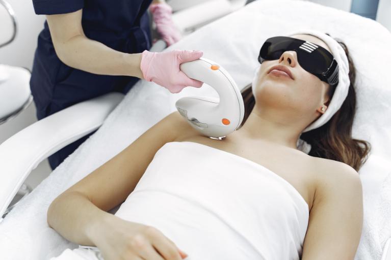 Lasersko odstranjevanje dlak je najbolj učinkovito in najbolj uspešno pri debelejših in temnih dlakah.