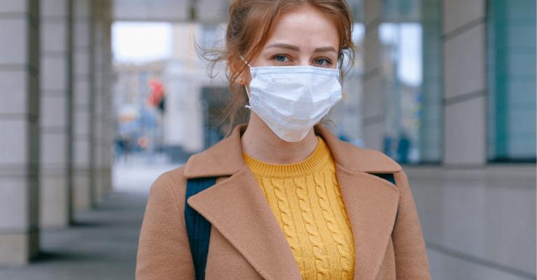 Koža pod zaščitno masko se poti, kar lahko povzroči akne, v kombinaciji z drgnjenjem maske na kožo pa pride do draženja.