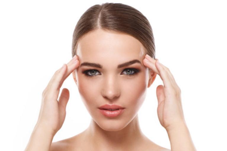 Povešene veke in izraziti podočnjaki so posledica staranja in z leti začnejo kvariti naš obraz