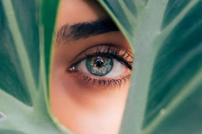 Povešene veke niso samo estetska težava, če se koža spusti čez oči, lahko začne ovirati tudi vidno polje.