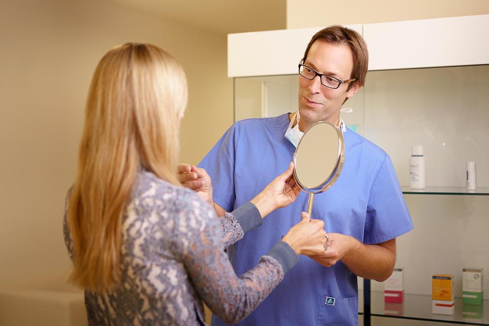 Metod pomlajevanja obraza je več vrst, najbolj ustrezno in najbolj učinkovito za vas vam bo na prvem posvetu svetoval dr. Božikov.