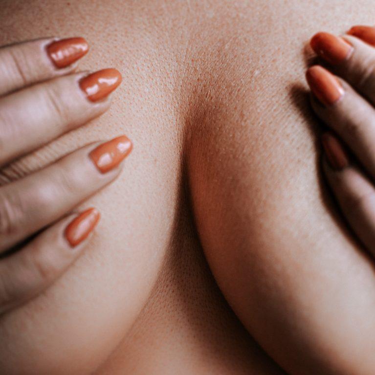 Zmanjšanje prsi ima neverjeten učinek na kakovost življenja posameznice, saj z njim odpravimo težavo prevelikih in pretežkih dojk.